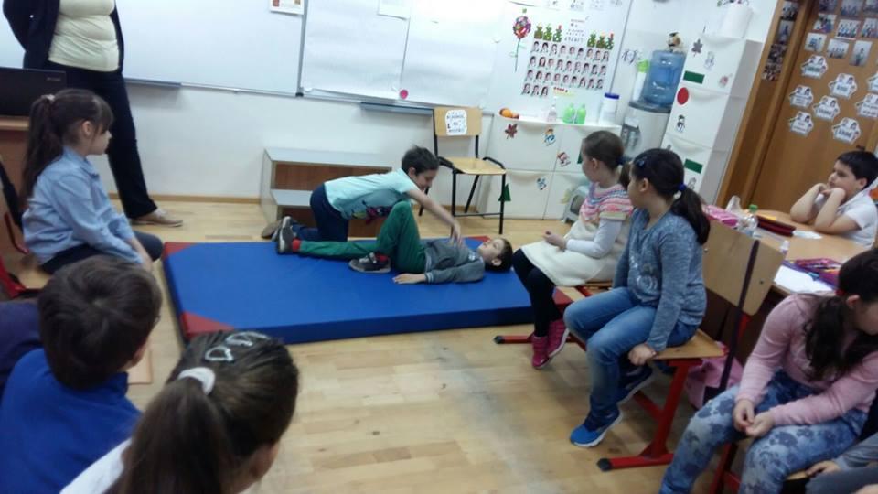 Doamna cu globul magic, lecții de viață pentru copii prin povești  și o invitație la Ceburashki-locul unde se învață lucruri importante, prin joacă