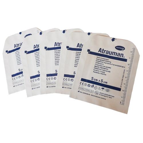Comprese sterile impregnate cu o substanță grasă, protectoare.